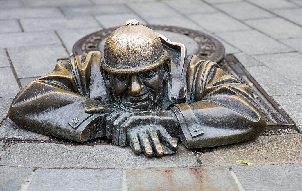 Bronzový muž vykukující z kanálu se stal jednou z nejpopulárnějších novodobých atrakcí Bratislavy.