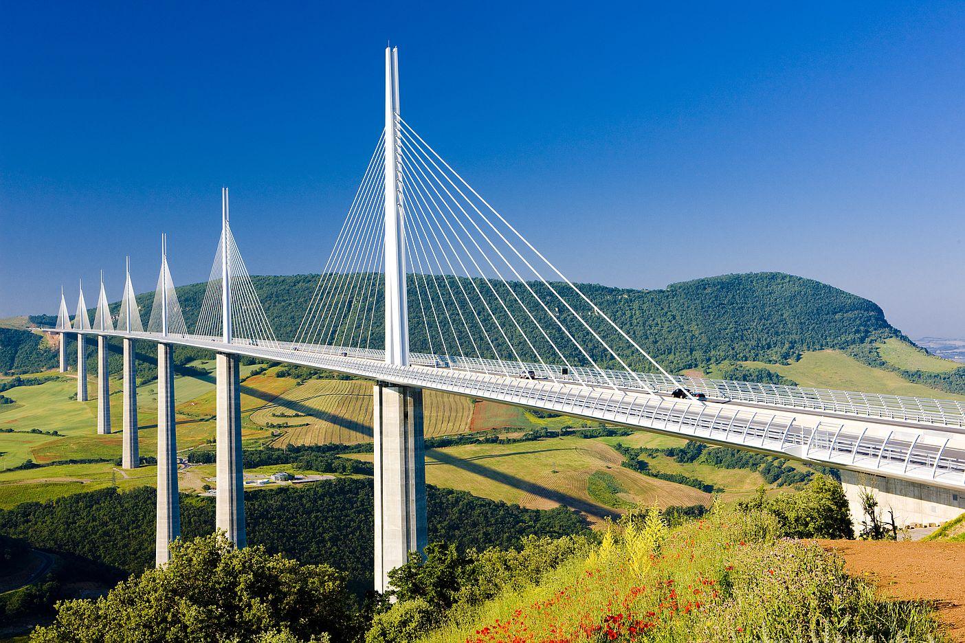 Viadukt ve francouzském Millau je nejvyšší most nejen v Evropě, ale i na celém světě. Tedy pokud počítáme výšku nejvyššího sloupu.