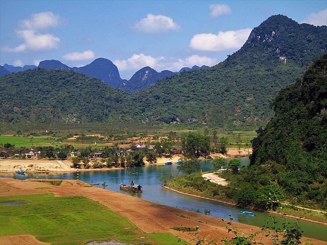 Výhled na vietnamskou krajinu z jeskyně Tien Son.