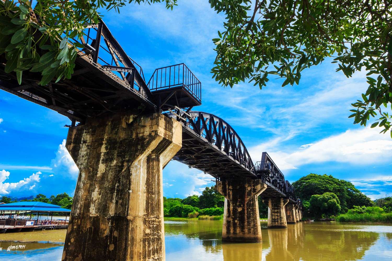 Most přes řeku Kwai, román a film, kombinovaly reálné místo s fiktivní zápletkou.