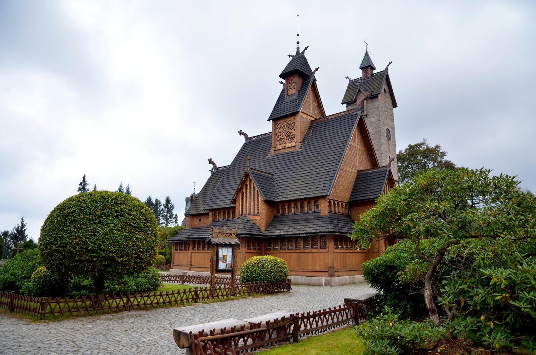 Kostel Wang se řadí k tzv. stavkirke, typickým skandinávským kostelům, jejichž střechu nenesou opěrné zdi, nýbrž speciálně upravené sloupy uprostřed.