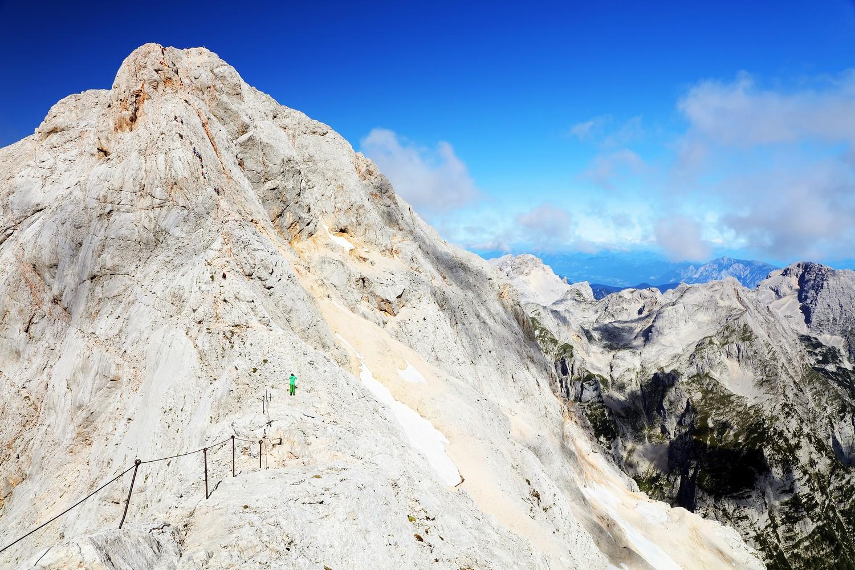 Triglav dosahuje výšky 2 864 metrů a je součástí vlajky i státního symbolu Slovinska.
