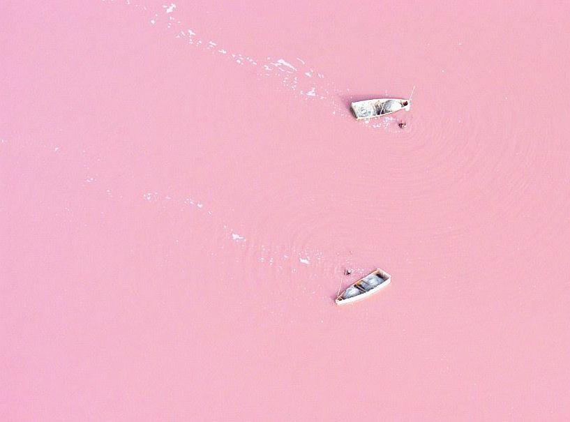 Lac Rosé je nejen hojně využívaným turistickým cílem, ale také důležitým zdrojem soli.