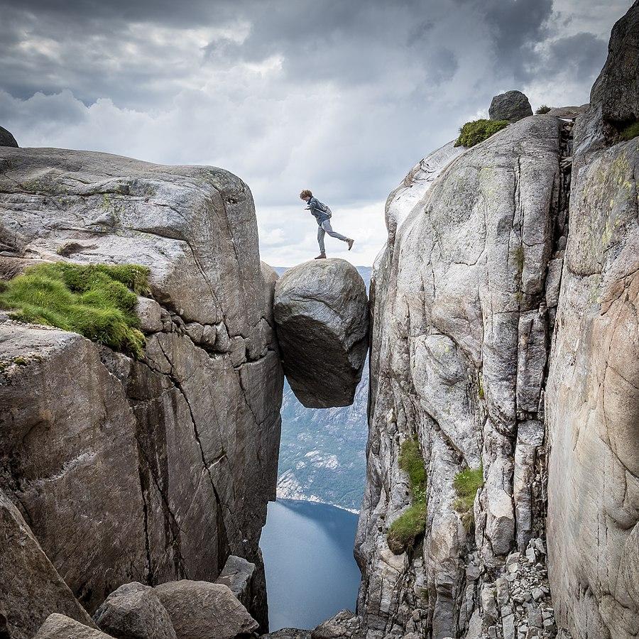 Kjeragbolten si oblíbili také příznivci base jumpingu. Někteří z nich zde ale nalezli smrt.