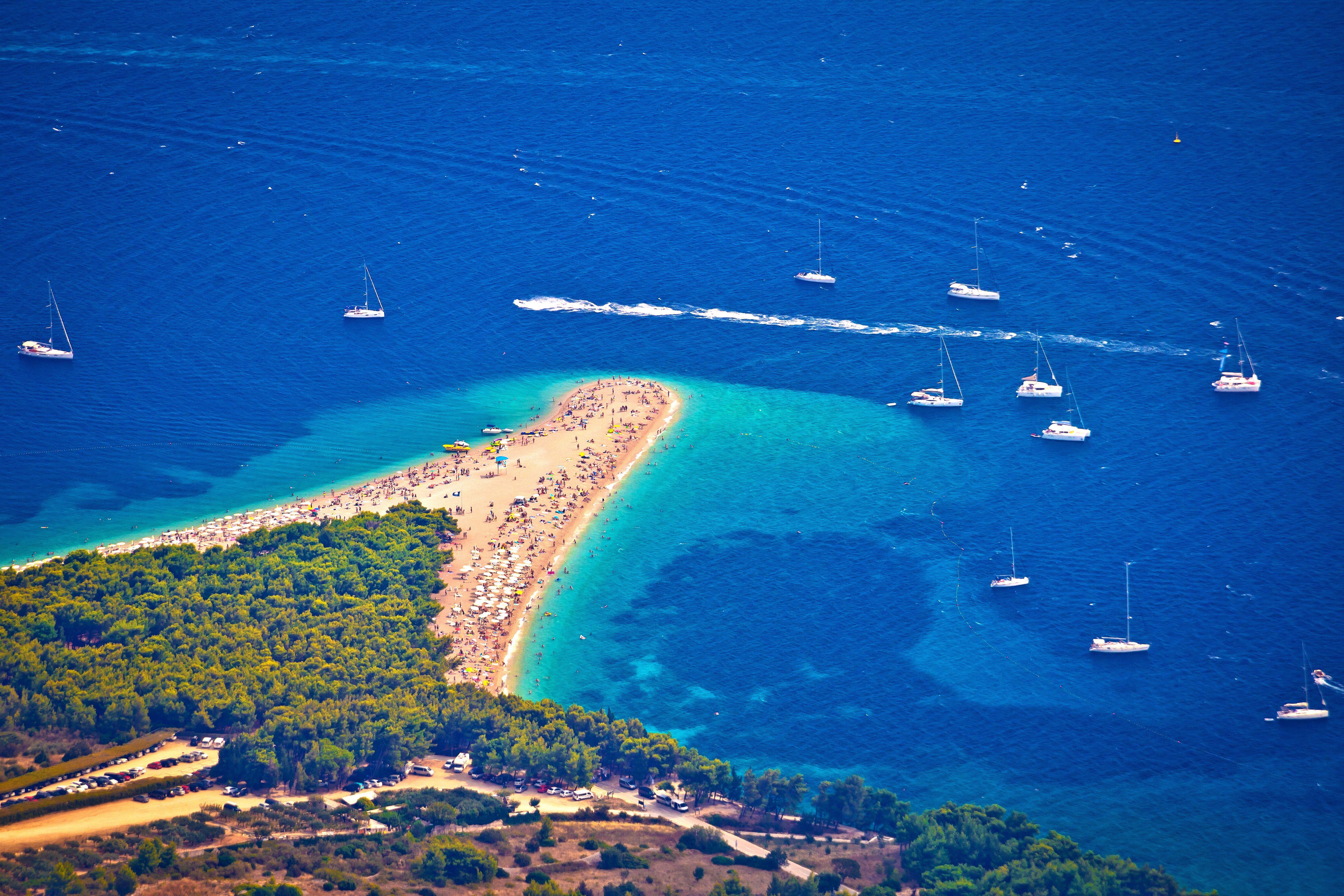 Pláž najdete asi 1,5 km západně od obce Bol na jižní straně dalmatského ostrova Brač