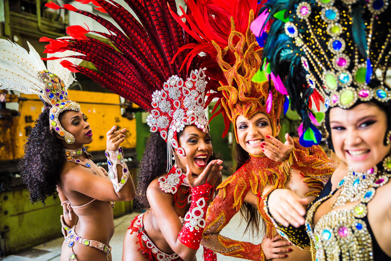 Letošního karnevalu v Riu se zúčastnilo 6 000 000 návštěvníků, stovky tanečníků a 13 nejlepších brazilských škol samby.