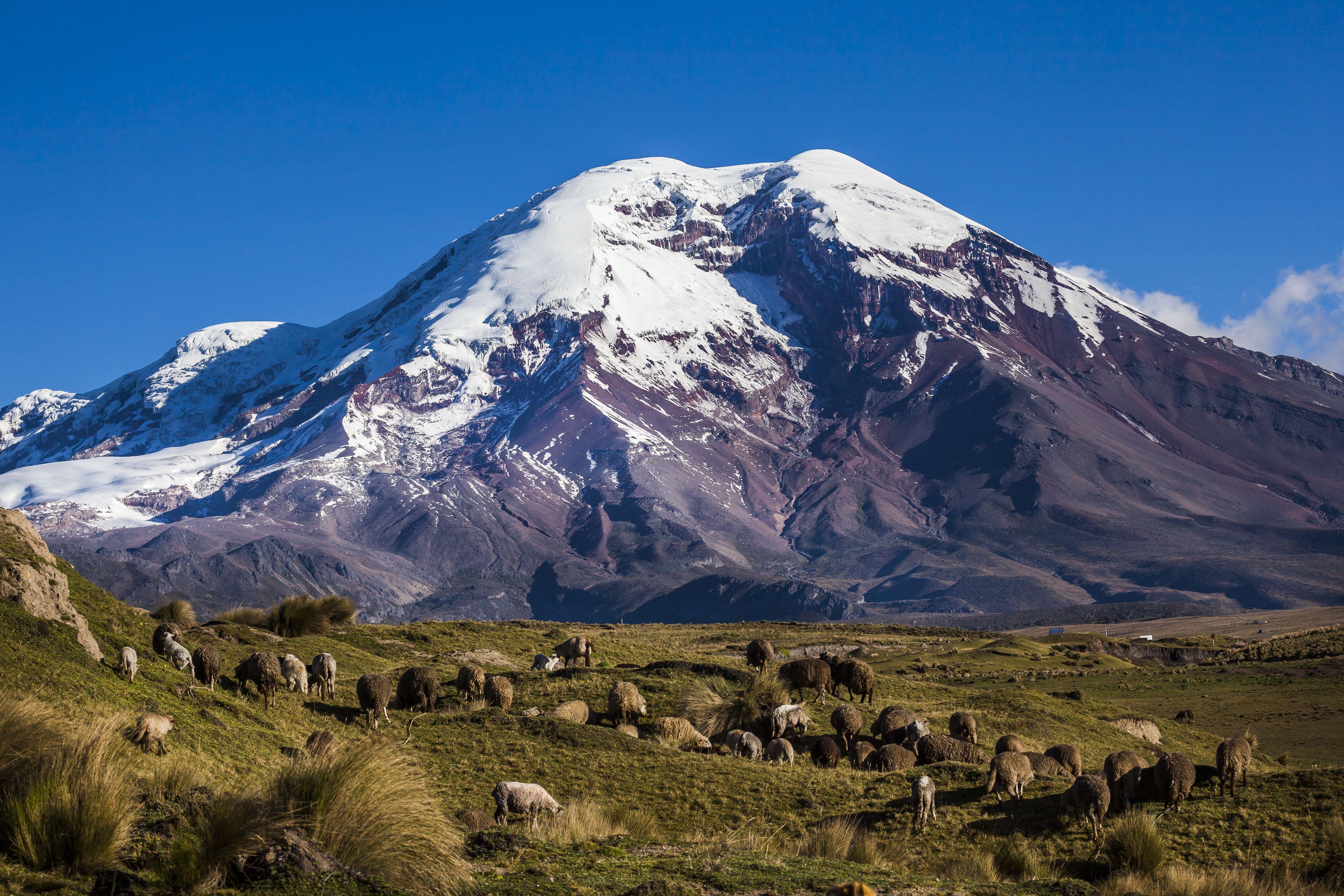 Chimborazo je od středu země vzdálena 6 384 404 metrů. O několik metrů tak předčí Everest.