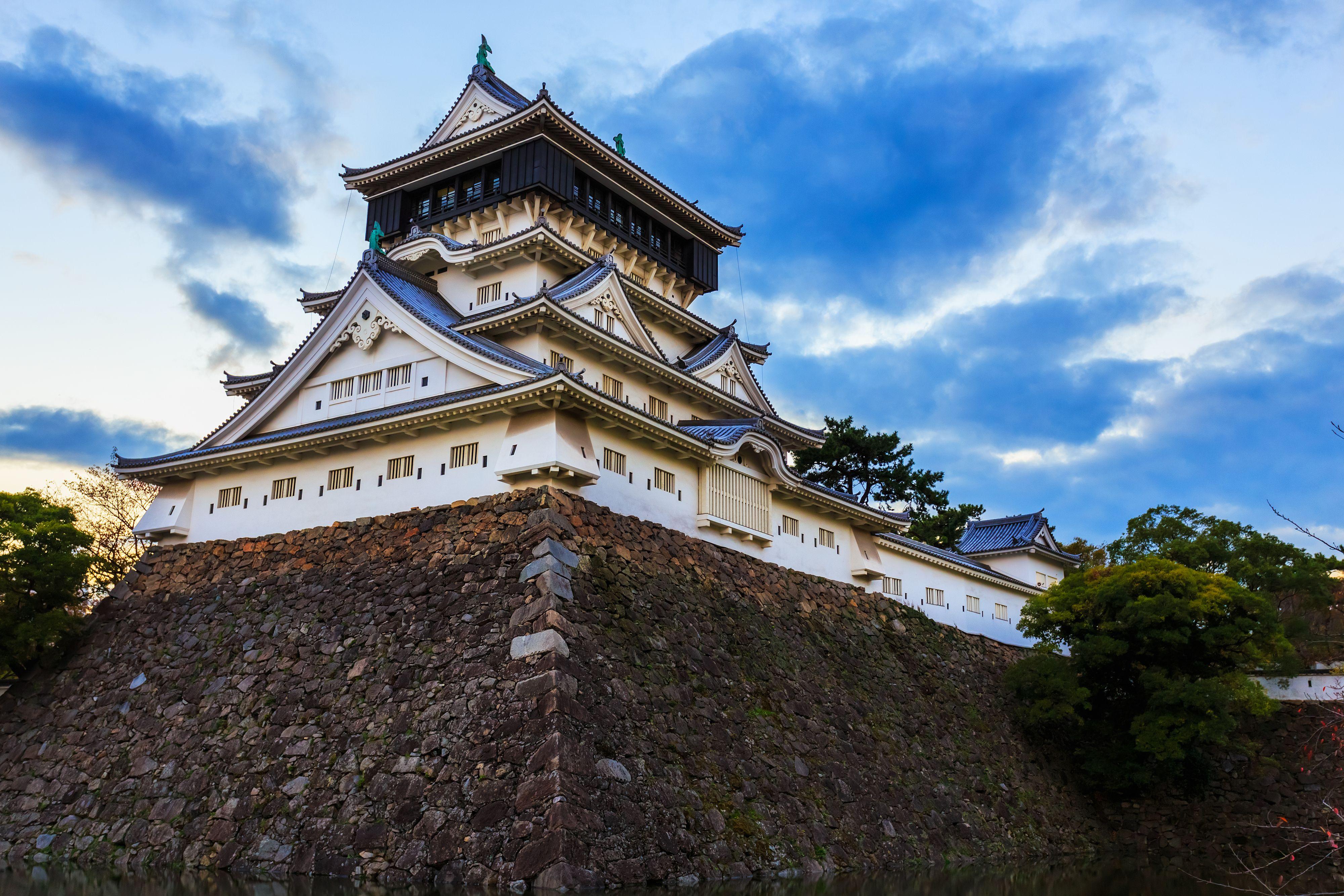 Hrad vybudoval v roce 1602 Hosokawa Tadaokim.