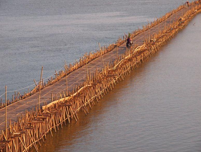 V období dešťů most strhnou místní, aby jej mohli opětovně postavit.