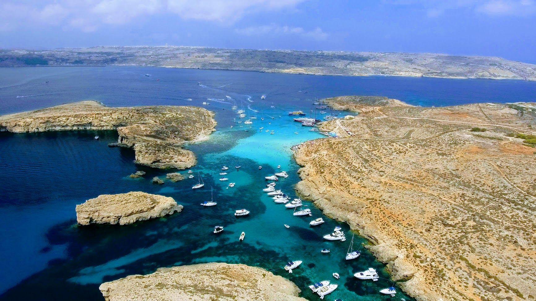 Klasické písčité pláže jsou na Maltě spíše výjimkou. Skalnaté pobřeží je ale rájem fotografů a milovníků nespoutané přírody.