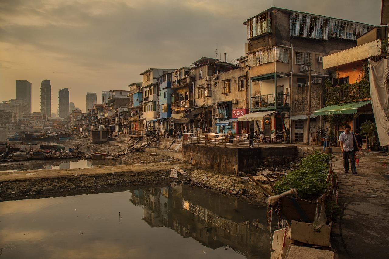 Slumy tvoří improvizované a povětšinou nelegálně postavené chatrče.